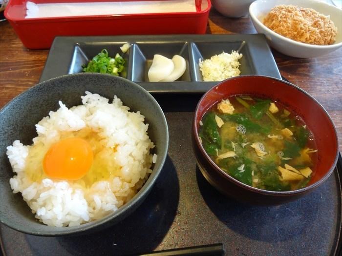玉島にある「うぶこっこ家」は、究極にシンプルな和食とも言われる「卵かけごはん」が評判のお店。自家農場で育てている鶏の卵を販売する専門店では、生みたて新鮮卵を使ったランチがいただけます。こちらの「ぶったまごはん」は、新鮮なぷりぷりの「朝どれのあっぱれたまご」と、岡山県産米を使用した自慢の味。ごはんと卵はお代わり自由です。