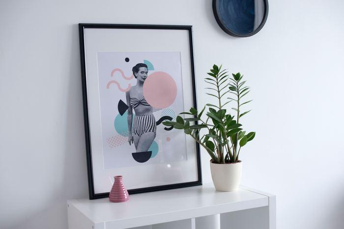 """観葉植物を「絵」や「写真」と一緒に飾ると、いつもとは一味違った""""アートな空間""""を演出できます。こちらは白を基調とした爽やかな配色と、シンプルなインテリアが素敵ですね。下駄箱や壁面スペースを活用して、玄関をおしゃれな空間に変えてみませんか?"""