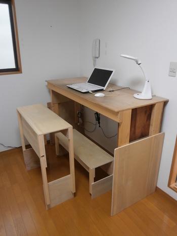 デスクで長時間作業をする場合、椅子が身体にあっているかどうかが重要なポイント。「長時間座っていると疲れる…」と感じているときは、デスクと体にぴったりの椅子を作ってみましょう。こちらは脚の高いデスクにあわせて、脚を高めに設計した椅子と踏み台をセットでDIYされたそう。楽に座って作業することができるだけでなく、座っていることに疲れたら、立って作業することもできちゃいます。
