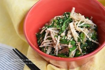 同じほうれん草ですが、えのきとゴマのぷちぷちとした歯ごたえも楽しめる韓国のお惣菜風の1品。レンジ調理が可能で、時間が無いときでもささっと作れるので、ぜひ覚えておきたいレシピです。