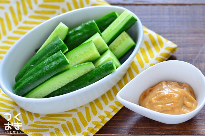 マヨネーズと味噌とごまを混ぜ合わせるだけの簡単レシピ。深い味わいのあるソースがシンプルなスティック野菜と絡み合い、クセになる美味しさです。