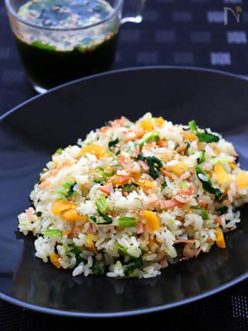 たくあんと青菜の色合いが綺麗な塩チャーハンレシピ。たくあんはちょっと大きめに切って、直感を楽しみましょう!漬物の味があるので、シンプルな味付けでも満足の味わいに。