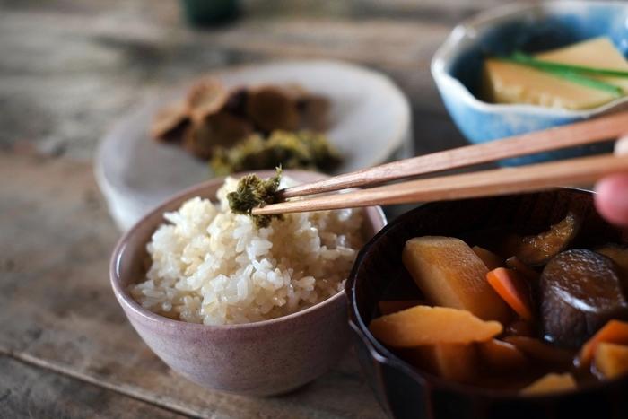 お漬物はご飯に合うだけでなく、保存期間が長い優秀な一品です。使う野菜はきゅうりや白菜が定番ですが、アボカドや切り干し大根、はたまた豆腐や卵などの野菜以外の食材も美味しくしてくれます♪簡単なレシピも多いので、ぜひ参考にしてみましょう!