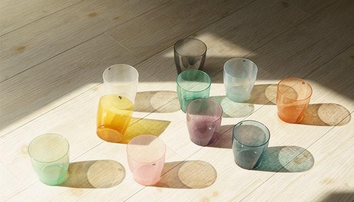 ガラス工房で作られたグラスは柔らかな乳白色が印象的なグラスたち。シンプルなデザインながら、特徴的な色合いと吹きガラスによる気泡が一つ一つに個性を持たせています。