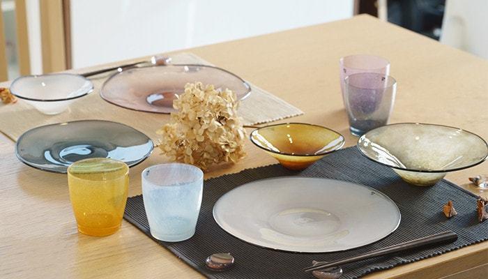 柔らかな色合いだから、ガラスの器でも寒々しさを感じさせません。色ガラスの器同士のテーブルコーディネートも楽しみになる器です。