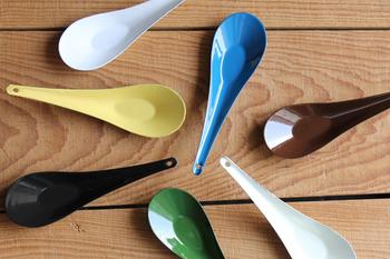 琺瑯製のれんげは薄くて軽やかな使い心地です。艶やかな質感と鮮やかな色合いが食卓を華やかにしてくれます。