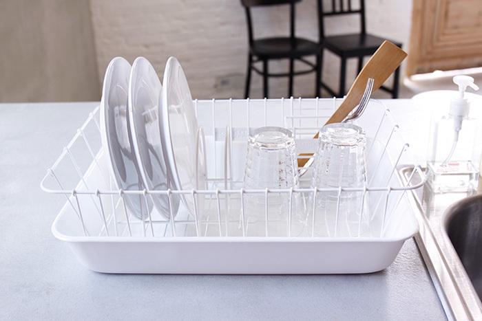 """手仕事の伝統を発信するブランド「倉敷意匠計画室」から野田琺瑯の水切りかごのセットをご紹介します。 真っ白なホワイトカラーは清潔感があり、キッチンに明るい雰囲気をプラスしてくれます。 まさにインテリアを楽しむ感覚で使える「水切りかご」です。  ステンレスの水切りかご、皿立て、箸置きは錆びにくく耐久性に優れた18-8ステンレス製。トレーには汚れがつきにくく衛生的な""""野田琺瑯""""の琺瑯が使われています。何といっても、水回りに置くものは長く衛生的に使えるものが一番!"""
