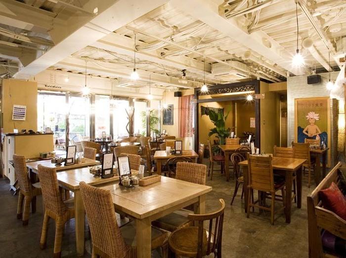 アジアや民俗系の映画を見ると無性にエスニックなものを食べたくなったりしますが、吉祥寺は、エスニック料理のカフェやレストランも充実しています。中でも、ここ「アムリタ食堂」は人気のタイ料理店。美味しいだけではなく、がっつり食べたいとき、小腹が空いたとき、ゆっくりお茶したいとき、軽く一杯飲みたいとき...その時の気分に合わせて訪れやすいのも魅力です。