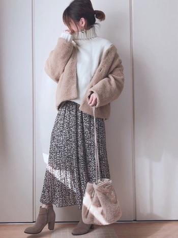 もこもこアウターとファーバッグをベージュカラーで統一した、あったかコーデです。ふわっと揺れるダークトーンのフレアスカートがクラシカルな雰囲気を添えることで、甘さだけじゃない大人の雰囲気にまとめていますね。見ているだけでほっこり癒される愛されスタイル、ぜひ試してみたいです。