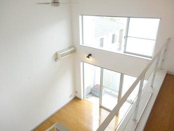 ロフト付きのお部屋に入ったときに一番最初に受ける印象は「わっ、広い」ではないでしょうか? それはロフトのないお部屋に比べて天井が高いためで、それで開放感が感じられるからかもしれません。