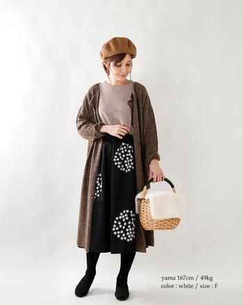 大きな花模様のスカートやベージュトーン色合いが春らしさを漂わせます。ナチュラルスタイル×カゴバッグはやはり相性抜群。ふんわりと被された白色ファーがコーデを明るく華やげます。このままお散歩に出掛けたくなるような、軽やかなスタイルです。
