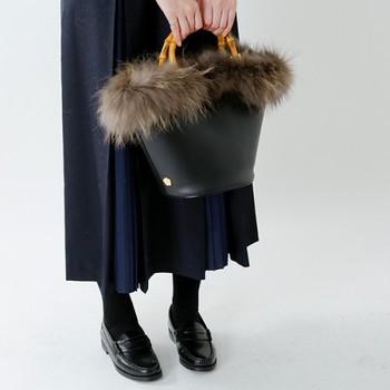 こちらは、バッグの本体がレザーになっており、口部分にだけポイントにファーがついたタイプのハンドバッグ。異素材の組み合わせが絶妙でデザイン性も高く、コーディネートの主役にもなれちゃいますよ。大人スタイルにおすすめのデザインです。
