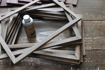 パントリーの棚はほとんどがオープンタイプですが、収納の目隠しに「扉」をつけると、お洒落なアクセントになって雰囲気が変わりますよ◎。セリアのフォトフレームを使えば、ローコストで素敵な扉を作ることができます。