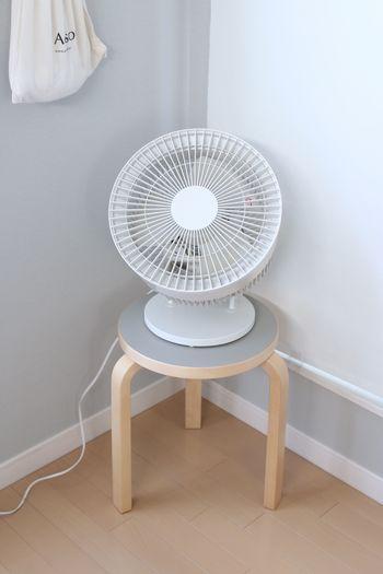 エアコンをつけていても、温かい空気がどうしても上へ上へたまってしまうので、夏はサーキュレーターを使って空気を上手に循環させてみると、過ごしやすくなるかもしれません。