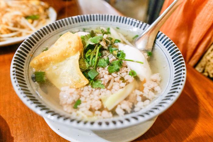 「アムリタ食堂」では、本場タイの香りを運んでくれる屋台メシが人気。映画に続いて、食でも非日常体験を求めてみませんか?