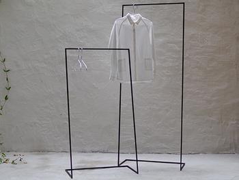 シンプルなデザインだとおしゃれにお洋服がかけられます。 お洋服が多い場合、何個か並べて置いてもスッキリと見えます。