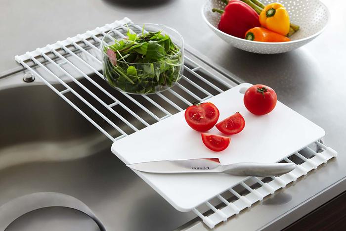 こんな風に、調理の際は作業スペースとして調理道具を置くスペースとしても…。 食器のは水切りだけでなく、布巾を干しておくことも可能!ラックの端に付いたキャップとワイヤーは取り外しが可能なので、蛇口などの障害物がある場合にも、好きな場所に設置することが出来ます。 食洗機をメインで使っている方や、大きな水切りカゴは圧迫感があるから苦手・・・という方にもおすすめです!