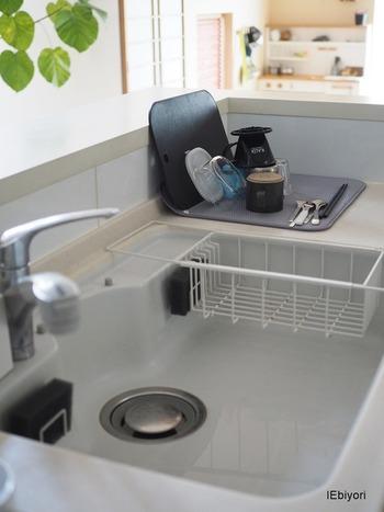 最近は、あえて「水切りかご」は使わない派の方も、増えているんだとか…。 圧迫感があるから…ある程度のものは食洗器に任せてるから…などの様々な理由がありますが、「水切りかご」が無ければ無いなりに、意外と快適という声も多いんです!