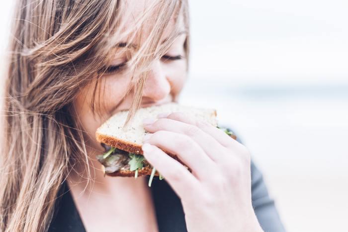 自分が今食べたいものを食べるのは、立派な自分の甘やかし方です。ケーキやドーナツのスイーツでも、糖質たっぷりのバーガーやパンケーキ…etc。食べものの制限をしていた方は、このときばかりは自分に食べることを許可しましょう。好きなものを食べることをガマンしていた方は、特にこちらをおすすめします。