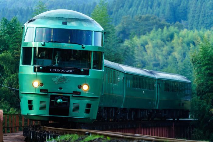 木々に溶け込むようなグリーンの車体が特徴的な「ゆふいんの森」。博多から大分の湯布院を経由し、温泉地・別府を繋ぐモダンな列車です。
