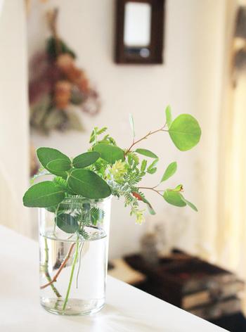 グリーンのみでまとめたプチブーケは、リビングでもキッチンでも、洗面所でもどんなシーンにも美しく、やさしく寄り添ってくれます。