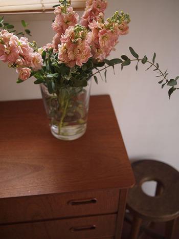 ゴージャスなお花に添えるグリーンとしてユーカリをチョイスすると、にぎやかになりすぎず、洗練された印象に仕上げることができます。