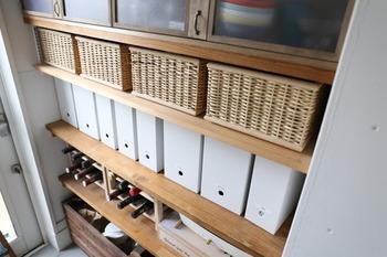 食品や食器類をはじめ、書類の収納スペースにも使えるパントリーの収納棚。そのままではバラバラになりやすい書類や取扱説明書も、無印良品の「ファイルボックス」を使うと綺麗に整理・整頓できるのでおすすめです。