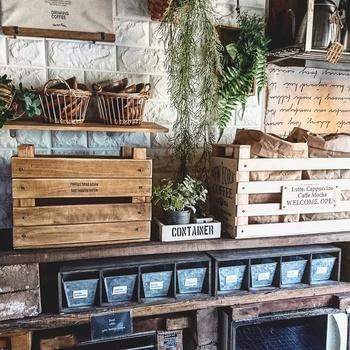 はじめにご紹介するのは、「すのこ」でつくるおしゃれなカフェ風収納BOXです。ニスでペイントしたすのこを、「杭角」と「コルクボード」にビスで固定したら完成です。仕上げに転写シールでアレンジしても◎。野菜・味噌・小麦粉など、様々な食品の収納に活躍してくれそうですね。