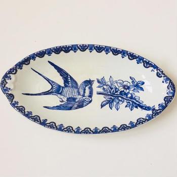 フランスの雑貨や食器のデザインには、日本から影響を受けたものもたくさん見ることができます。  こちらは、パリにあるショワジールロワ窯のオードブル皿。サービス・ジャポネというシリーズです。  よく見てみてください。そう、燕と桜の樹、花が描かれているんです。それでも、やはりフランスらしいデザイン。 飾っても美しい、インテリアにもなるお皿です。