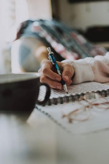 1日をふりかえることができる日記をつけてみましょう。自分の言動を思い出し、書き記していきます。そこから反省点や良かった点などを見つけて、自分が目標へと近づいていけているのかを確認します。