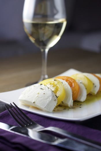 その名の通り、作り立てのフレッシュなチーズが、モッツァレラ、カッテージ、リコッタなど。熟成させていないため水分を多く含み、なめらかでミルキーな美味しさが特徴です。  野菜やフルーツとよく合うので、サラダやデザートとしても使われています。