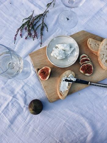 チーズはカロリーが高いイメージがありますが、モッツァレラやカッテージなどはそれほどカロリーが高くはありません。また、チーズは脂肪の燃焼を促すと言われているので、大量に摂取しない限りは過剰にカロリーを気にしすぎないで。腹持ちがいいので、むしろダイエット中の栄養補給にはナチュラルチーズがいいかも。