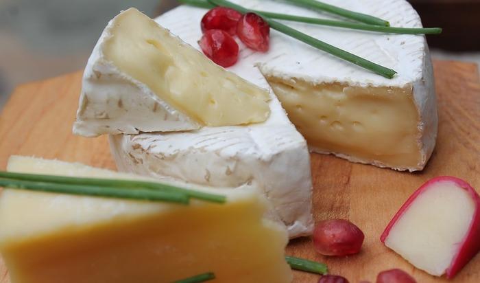 カマンベールに代表される白カビタイプは、表面に白カビが植え付けられています。チーズの内側はまろやかでクリーミー。おやつにもワインのお供にもぴったり。世界の代表的な種類には、ブリー、バラカ、シャウルスなどがあります。  そのままでも十分味わい深いのですが、ピザの上にのせてトロリと焼いても最高♪