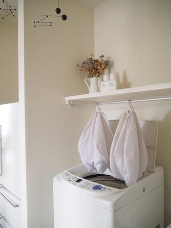 洗濯に欠かせない洗濯ネット。 使った後湿ったネットの収納に困ることがありますが、吊るしておくとすぐに乾いて清潔です。