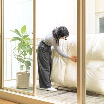 布団に掃除機をかけたあとで、ベランダに干します。空気を通すことで、布団の中にこもった湿気が逃げやすくなりますよ。天気のいい日なら、片面1時間ずつ、計2時間程度干すのが目安です。特に羽毛布団の場合、紫外線で生地が傷んでしまうことがあるので、2時間以上干さないほうがいいようです。