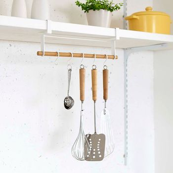 キッチンでは吊るす収納がとても便利。 洗ったあと吊るしておくときれいに乾くので、清潔感があるのも嬉しいです。