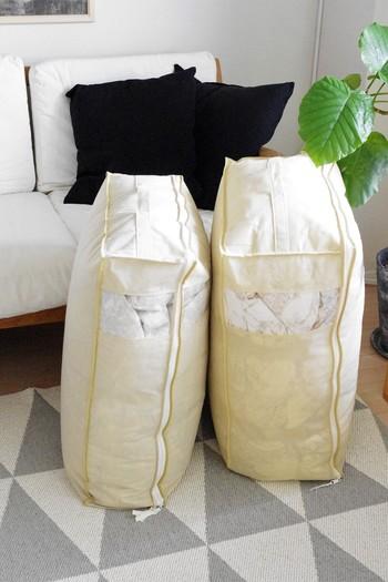 布団を収納するときにおすすめの畳み方は、まず縦に三つ折りして細長い形にしてから、クルクルッとまとめる方法です。できるだけコンパクトに畳みつつ、つぶさないようにして仕舞いましょう。通気性のよい布製の袋がおすすめです。