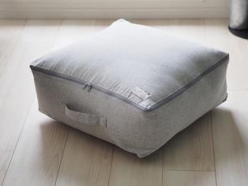 布団にぴったりの専用ケースを使えばかさばりにくく、収納が楽になります。こちらのケースのように三方がファスナーになっているデザインだと、仕舞うのが簡単。取り出しやすいように持ち手が付いているのもポイントです。