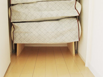 布団を床に置いて収納すると、掃除のときに上げ下ろしが大変になってしまいますよね。脚のついた台の上にのせておけば、掃除機がけや拭き掃除がスムーズにできます。布団にホコリや髪の毛がつきにくくなる効果もありますよ。