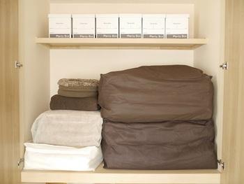 布団の上げ下ろしには、意外と手間がかかります。重くてかさばる布団を持ち上げて収納するときに、クローゼットや押し入れの中がよく見えず、仕舞われている物が倒れたり落ちてきたり…といったことは避けたいですよね。そのために、布団を収納するスペースはなるべくすっきりさせておきたいものです。
