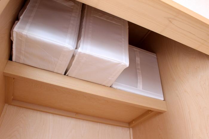 IKEAの収納ケースはくたっとならずに自立してくれて、型崩れせずに仕舞うことができます。クローゼットに置いたときの見た目もすっきり。持ち手が付いているので、高い位置に収納しても取り出しやすいのがポイントです。