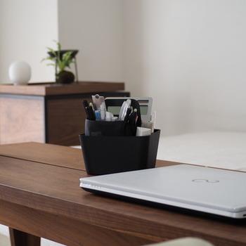 よく使うペンやはさみなどの文房具はさっと出せてさっと使えるツールボックスを使うと便利です。 おしゃれなデサインのものを選んだら、出しっ放しでも素敵ですね。