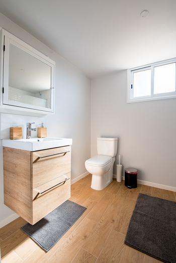 風水で「水回り」は多くの運を司る場所。トイレは健康運を中心に、良い運気を巡らせたいと思う全ての人にとって、重要なスポットのひとつです。病気を予防したいときや健康面に不安があるときなどに意識してみると良いでしょう。  まずはトイレの環境に気を配ることが大切。いつもキレイに掃除をして、本や置物などの余計なものは置かないようにしましょう。  照明は明るく、換気や場合によって芳香剤なども利用して気持ちの良い空気をキープしましょう。使用後はトイレのフタを閉めておくことも忘れずに。専用のマットやスリッパなども必携です。なぜなら、トイレの冷たい空気は運気を下げてしまうこともあるのだそう。肌と床が直接触れないようにすれば、トイレにたまりがちな悪い気が体へ侵入するのも防ぐことができます。