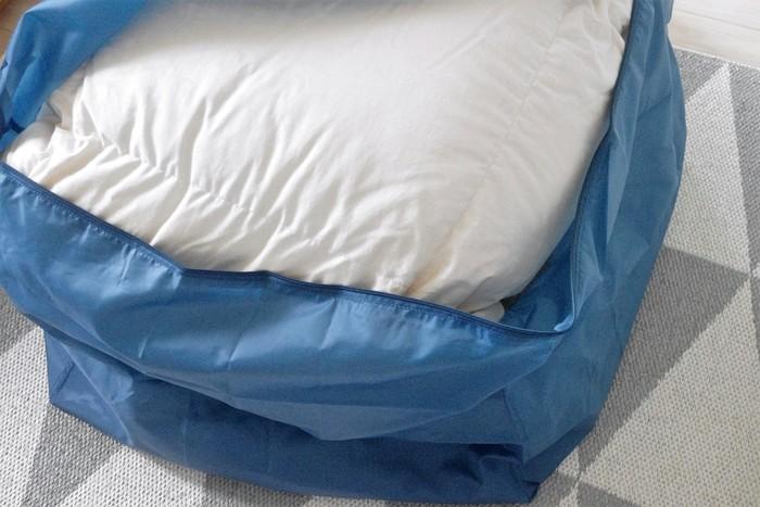 汗や皮脂による布団の汚れがひどい場合は、専門の業者さんにクリーニングを依頼するのもおすすめです。布団が傷まないように配慮して汚れを落としてくれますよ。自分でお店に持っていくのが大変な場合は、集荷サービスのある業者さんに依頼しましょう。クリーニングを申し込んだ後、送られてくる専用の袋や紐で布団を梱包して、集荷してもらえばOKというところが多いです。