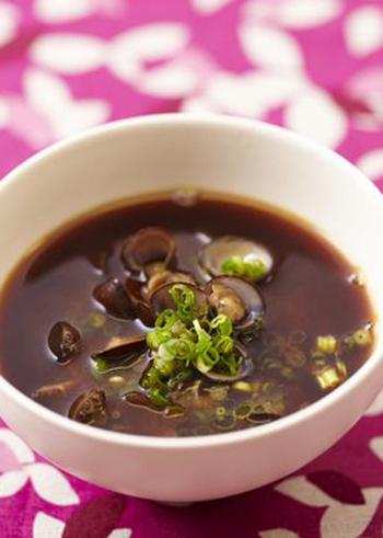 しじみは、砂抜きをして洗ってから冷凍し、使う時は凍ったまま出汁に入れて、殻が開くまで火を通します。しじみは、冷凍することでうまみも栄養価も高まるといわれますので、ぜひお試しを。