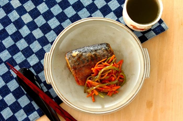 臭みの出やすい塩サバをいったん冷凍することで、よりおいしく調理。千切り野菜もいっしょに漬け込んで冷凍しておけば、仕上げの手間と時間がかかりません。栄養バランスも抜群です。