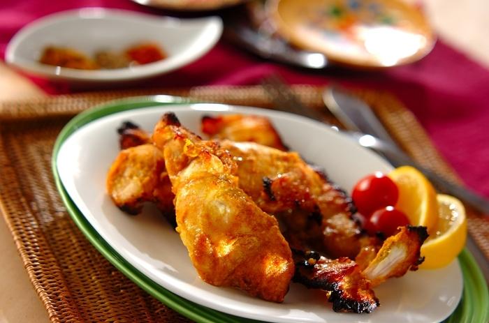 塩麹とともに下味冷凍することで、うまみたっぷりのジューシーなタンドリーチキンになります。鶏むね肉を使いますが、とてもしっとり柔らかくなるのもうれしい点です。
