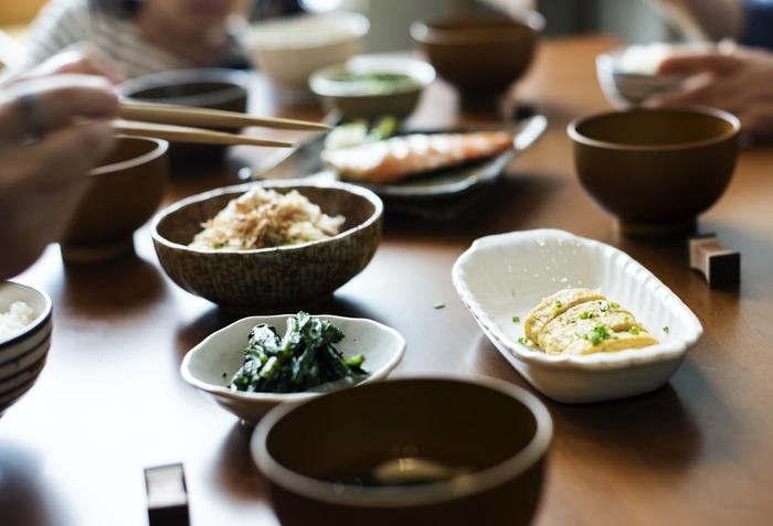 健康への一番の近道は、なんといってもバランスのとれた毎日の食事から。そんな理想はわかっているけれど、栄養をバランス良く摂るためには実際にはどのような献立を考えれば良いのでしょう?「最近少し野菜不足かも」「魚をあんまり食べなくなったな」という程度の自覚はあっても、具体的にどの食材を補えば良いのかを栄養学から見極めるのは難しいものですよね。 『食材5色バランス健康法』と呼ばれる考え方では、食材を見た目の色で分類し、一回の食事の中に5色が揃うことを目指していきます。誰でも簡単に実践できるこの方法について、まずは基本の考え方を詳しく見ていきましょう。