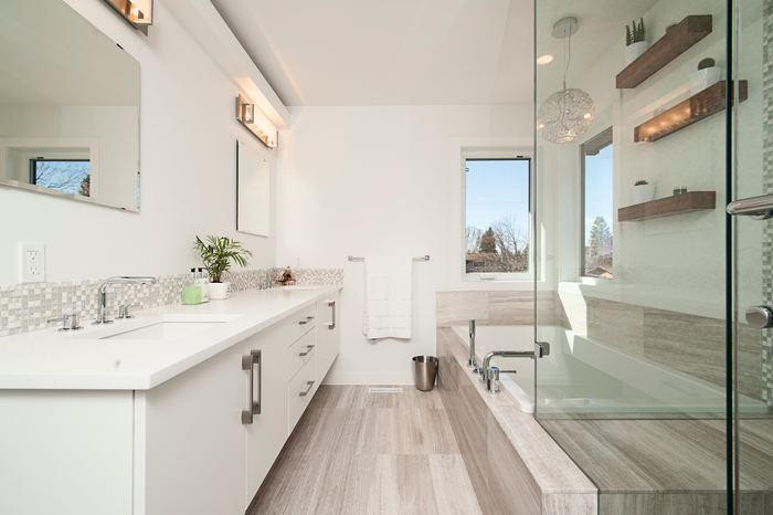 洗面所の鏡はいつもピカピカにしておくと、美容運が期待できますよ。足元から気を配って、全体的に清潔を保つのがポイント。また、浴室は恋愛運や結婚運に関係するのだそう。時間に余裕があるときに、蛇口やシャワーなどの金属部分を特に磨き上げてみてください。そんな洗面所や浴室には、高温多湿の環境に耐えられる観葉植物がおすすめです。