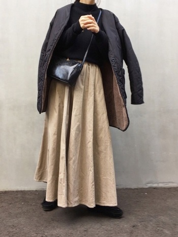 ちょっと長めのコートしか持ってない!という方も大丈夫◎スカート以外をなるべく黒で揃えて、きっちりinして着こなすことで、もたつき感なくコーディネートできますよ。